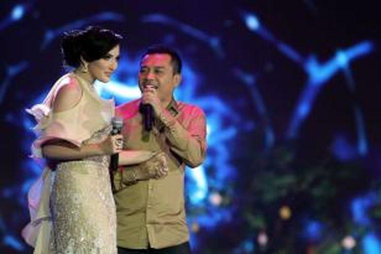Pasangan suami istri Anang Hermansyah dan Ashanty menyanyi dalam pergelaran Dahsyatnya Awards 2013, yang mengumumkan para pemenang 20 kategori nominasi Terdahsyat di JIExpo Kemayoran, Jakarta Pusat, Senin (21/1/2013) malam. Pada acara tersebut, Anang dan Ashanty meraih penghargaan sebagai Duo/Grup Kolaborasi Terdahsyat.