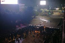 Pukul 22.18 WIB, Polisi Pukul Mundur Massa di Slipi