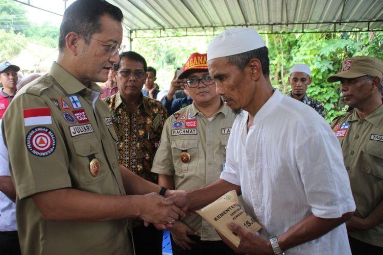 Menteri Sosial (Mensos) Republik Indonesia, Juliari P. Batubara saat menyerahkan santunan kepada keluarga korban meninggal. (Foto Dokumentasi Humas Ditjen Perlindungan dan Jaminan Sosial, Kementerian Sosial)
