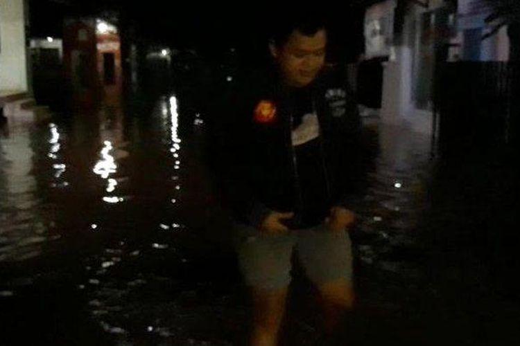 Banjir merendam Perumahan Bumi Pamulang Indah (BPI), Tangerang Selatan (Tangsel), setelah diguyur hujan lebat sekira dua jam pada Minggu malam (26/1/2020).