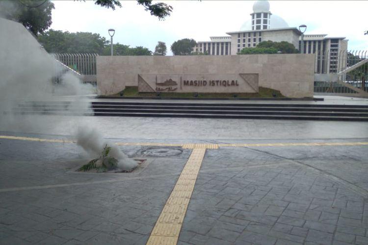 Kebakaran terjadi di  Jalan Lapangan Banteng Utara, depan Masjid Istiqlal, Pasar Baru, Sawah Besar, Jakarta pada Minggu (25/10/2020) sekitar pukul 16.30 WIB. Api berasal dari kabel listrik di bawah tanah yang terbakar.