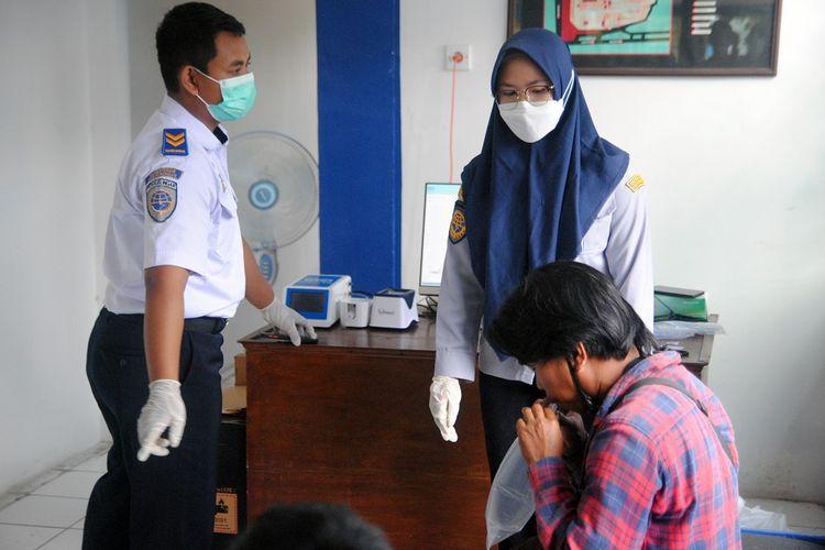 Calon penumpang mengikuti uji coba penerapan tes GeNose C19 di Terminal Kelas 1A Baranangsiang, Kota Bogor, Jawa Barat, Sabtu (1/5/2021). Badan Pengelola Transportasi Jabodetabek (BPTJ) Kementerian Perhubungan melakukan uji coba penerapan tes GeNose C19 di Terminal Baranangsiang, Bogor dengan target sasaran sebanyak 300 calon penumpang yang diambil secara acak sebagai upaya pencegahan penularan COVID-19 dan antisipasi menghadapi lonjakan penumpang. ANTARA FOTO/Arif Firmansyah/hp.