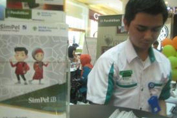 Petugas Bank Syariah Bukopin (BSB) siap melayani nasabah. BSB mengandalkan Tabungan Simpanan Pelajar (SimPel) mengincar nasabah siswa-siswa sekolah usia remaja.
