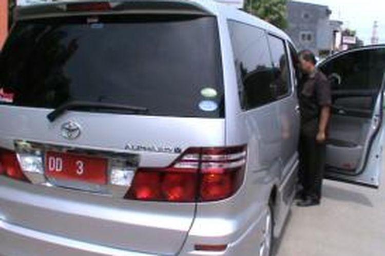 Pelat nomor polisi mobil dinas Kepala Kejaksaan Tinggi Sulselbar palsu.
