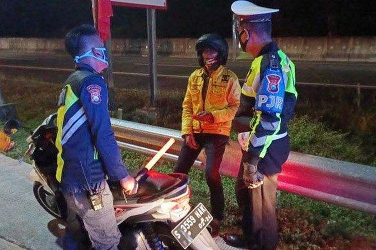 Seorang pengendara motor tersesat masuk ke Jalan Tol Surabaya-Mojokerto (Sumo).