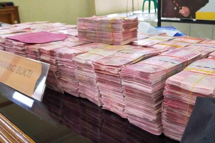 Satreskrim Polres Tasikmalaya berhasil menangkap empat tersangka asal Jakarta, Tanggerang dan Cianjur pembawa 29.600 lembar uang palsu pecahan Rp 100.000 saat akan dibawa ke wilayah Singaparna, Kabupaten Tasikmalaya, Rabu (13/5/2020).