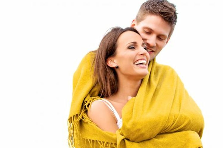 Ilustrasi suami istri saling berpelukan, merencanakan kehamilan