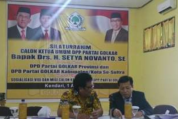 Setyo Novanto dan Ridwan Bae tengah berbicara sebelum pertemuan dengan pengurus DPD 1 dan DPD II Golkar Sultra