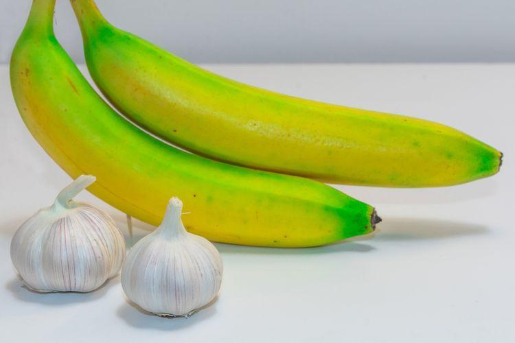 Ilustasi bawang putih dan pisang