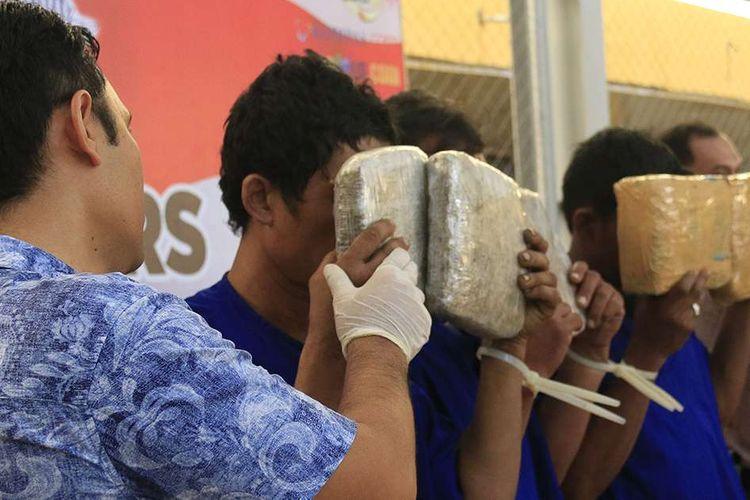 Tim Satuan Narkoba Polresta Banda Aceh merilis hasil penangkapan satu ton lebih ganja kering yang akan dikirm ke Jakarta dengan menggunakan truk, di Aceh, Kamis (23/5/2019). Penangkapan itu berhasil dilakukan pada Selasa (21/05/2019) di jalan lintas Banda AcehMeulaboh, tepatnya di kawasan Desa Lampisang, Kabupaten Aceh Besar, selain barang bukti polisi juga mengamankan tiga orang tersangka.
