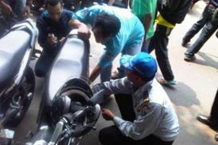 Petugas Dinas Perhubungan merazia ratusan motor yang diparkir tidak pada tempatnya di depan ITC Roxy Mas, Selasa (17/9/2013).