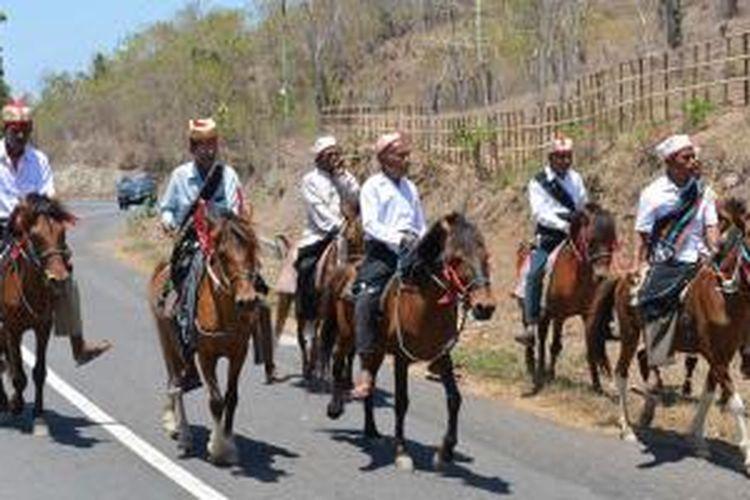 Penunggang kuda berpakaian adat Suku Rongga di Manggarai Timur, Nusa Tenggara Timur.