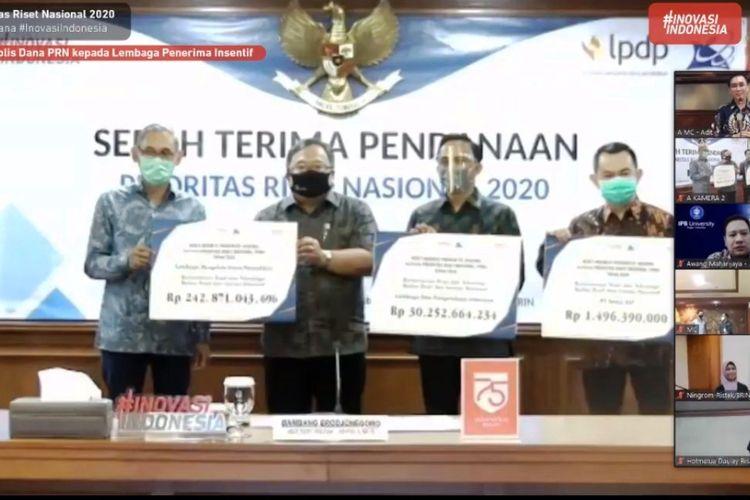 Acara Serah Terima Pendanaan PRN 2020 oleh Menristek Bambang Brodjonegoro, Jumat (17/7/2020).