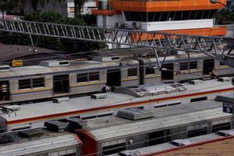 Ilustrasi. Deretan kereta rel listrik Bogor-Jakarta terlihat di peron-peron di Stasiun Bogor karena tidak bisa bergerak akibat gangguan di Stasiun Tanjung Barat dan Universitas Indonesia, Kamis (7/6/2012).