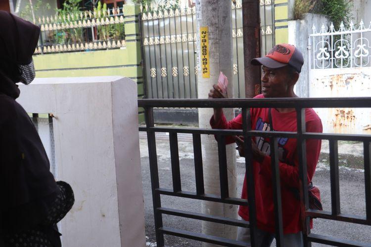Salah satu pedagang menerima bantuan gerakan Bantu Satu Ajak Dua.