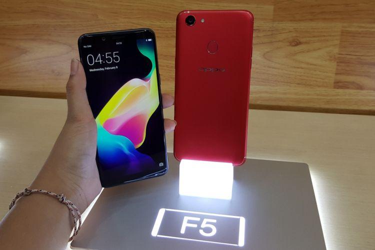 Oppo F5 edisi Red dan Black dalam genggaman.