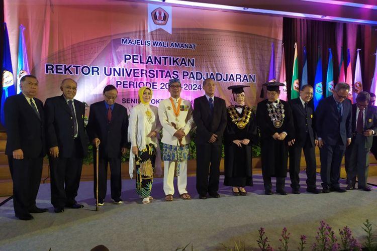 Majelis Wali Amanat Universitas Padjadjaran saat berfoto bersama Rina Indiastuti sebagai rektor baru Unpad di Graha Sanusi, Jalan Dipatiukur, Senin (7/10/2019).