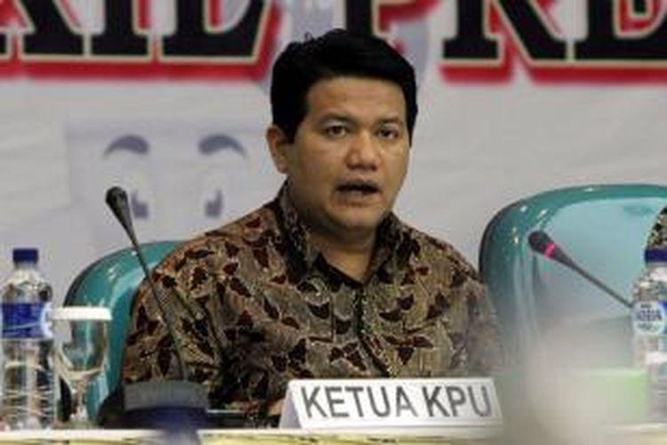 Ketua Komisi Pemilihan Umum (KPU) Husni Kamil Manik memimpin Rapat Pleno Terbuka Rekapitulasi Daftar Pemilih Tetap (DPT) Pemilu Presiden dan Wakil Presiden Tahun 2014, di Gedung KPU, Jakarta Pusat, Jumat (13/6/2014). Dalam rapat tersebut ditampilkan jumlah total DPT pilpres seluruh Indonesia sebanyak 190.290.936.