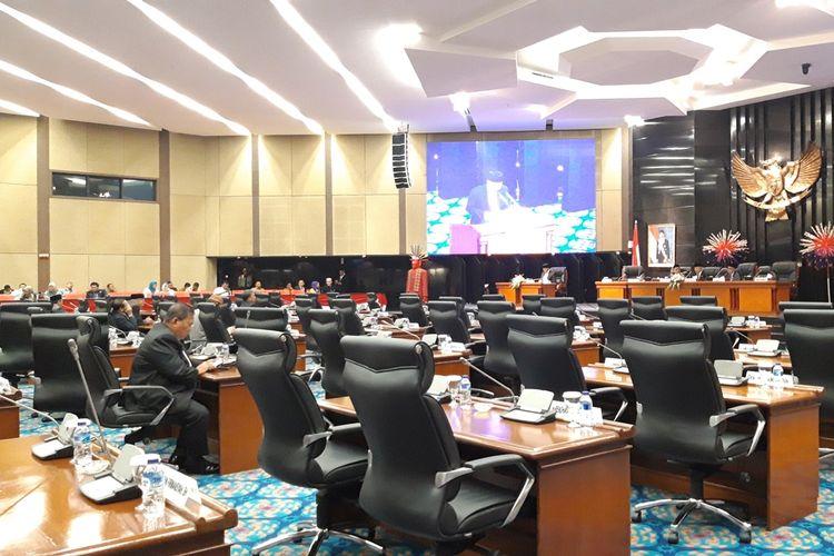 Suasana rapat paripurna pemandangan umum fraksi tentang RAPBD-P 2019 di ruang rapat paripurna, Gedung DPRD DKI, Jakarta Pusat, Senin (19/8/2019)