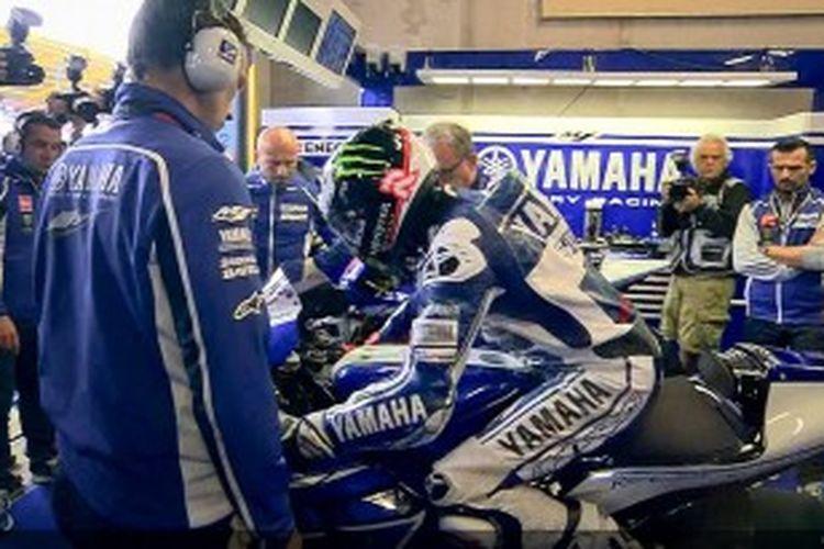 Pebalap Yamaha, Jorge Lorenzo bersiap di atas motornya sebelum sesi pemanasan GP Belanda di Sirkuit Assen, Sabtu (29/6/2013).