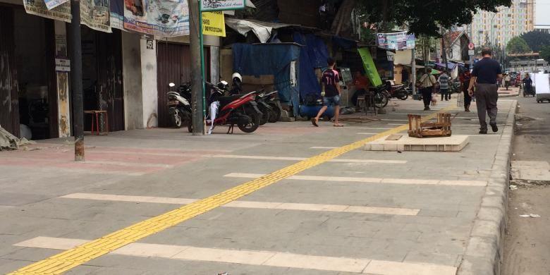 Trotoar di Jalan Jatibaru Raya, Tanah Abang, Jakarta Pusat, diperlebar.