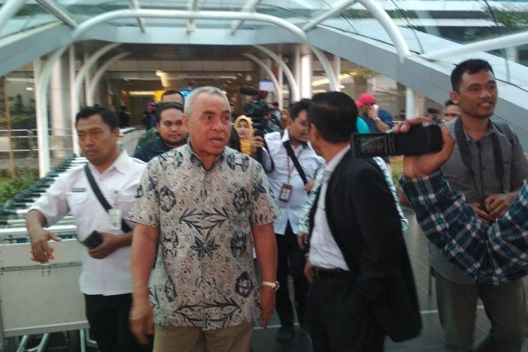 Gubernur Kaltim Isran Noor saat mendarat di Bandara APT Pranoto Sungai Siring Samarinda. Dia kembali ke Samarinda  setelah konferensi pers bersama Presiden Jokowi penetapan ibu kota negara di Istana Negara pada Senin (26/8/2019).
