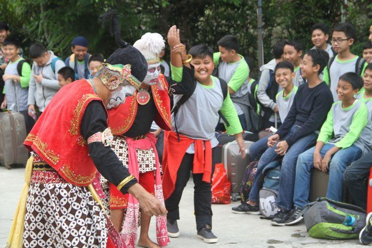 Penyambutan pengunjung yang datang ke Desa Wisata Pentingsari dilakukan dengan tarian tradisional Jawa yaitu Punokawan.