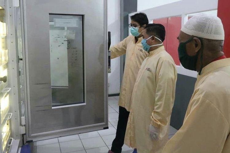 Wali Kota Banjarmasin, Ibnu Sina (tengah) mengecek ketersedian darah di Kantor PMI Kota Banjarmasin, Selasa (19/5/2020).