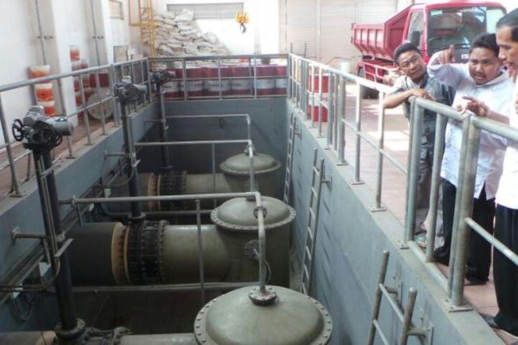 Joko Widodo, saat masih sebagai Gubernur DKI Jakarta , meninjau instalasi pompa air di Waduk Tomang Barat, Grogol, Jakarta Barat, pada 27 September 2013.
