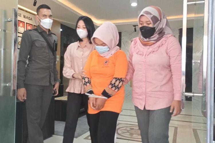 ISN (31) yang sempat mengaku menjadi korban pembegalan di Mapolres Garut, Senin (11/10/2021). Ia kini ditetapkan sebagai tersangka karena membuat laporan palsu.