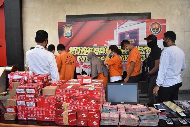 Para pelaku jaringan penjualan kartu sim bodong saat diamankan di Polrestabes Makassar, Senin (8/6/2020).