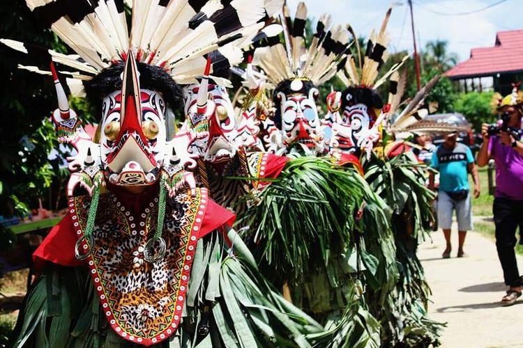 Tarian Hudoq yang digelar tiap tahun saat musim tanam padi di Kampung Tukul, Kabupaten Kutai Barat, Kaltim, Minggu (15/11/2020). Tarian ini dikhawatirkan hilang jika masyarakat meninggalkan tradisi berladang.