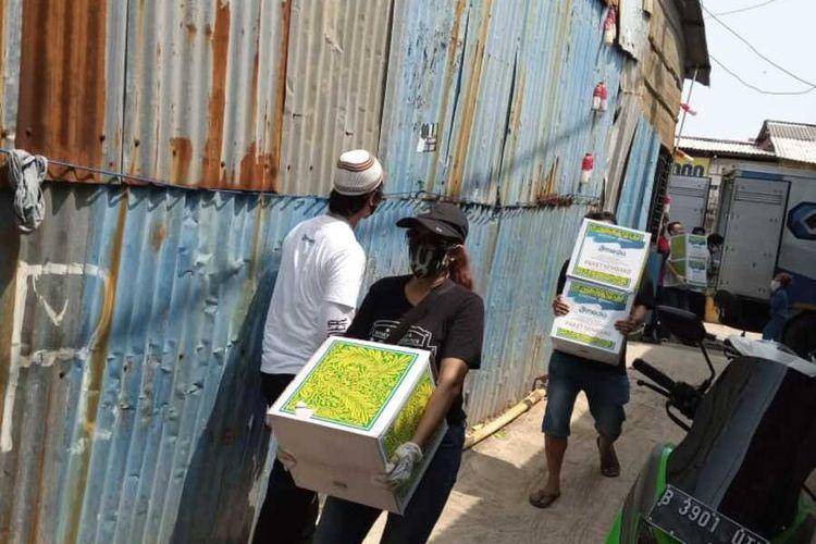 Bantuan sembako dari Kompas.com di kawasan Muara Angke, Penjaringan, Jakarta Utara, Jumat (15/5/2020)