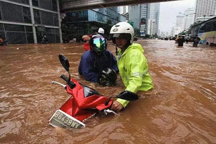 Motor terabas banjir