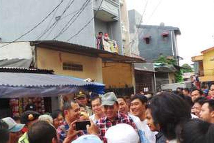 Calon gubernur DKI Jakarta Basuki Tjahaja Purnama atau Ahok berkampanye di Gang Kedoya, Balimester, Jatinegara, Jakarta Timur, Selasa (15/11/2016).