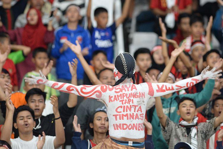 Sejumlah pendukung Timnas Indonesia U-16 memberikan dukungan saat melawan Timnas Cina U-16 pada laga kualifikasi Piala AFC U-16 2020 di Stadion Gelora Bung Karno (GBK) Senayan, Jakarta, Minggu (22/9/2019). Pertandingan berakhir imbang dengan skor 0-0.