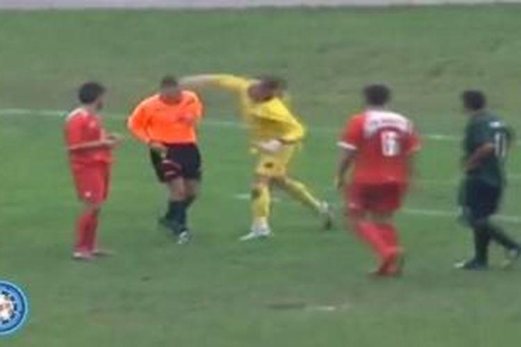 Romeo Mitrovic (kuning) melayangkan tinju ke arah wasit setelah menerima kartu kuning dalam pertandingan divisi dua Liga Bosnia antara HNK Branitelj melawan FK Buducnost.