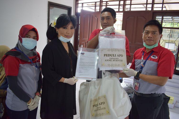 Bunda Anne Avantie saat memberikan bantuan Peduli APD yang didistribusikan melalui JNE, Senin (6/4/2020).