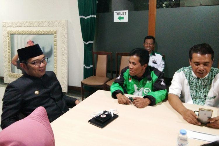 Ridwan Kamil saat bertemu dengan Nanda (56), sopir ojek online asal Bogor di Rumah Pemenangan Pasangan Rindu, Jalan Cipaganti, Senin (2/7/2018).
