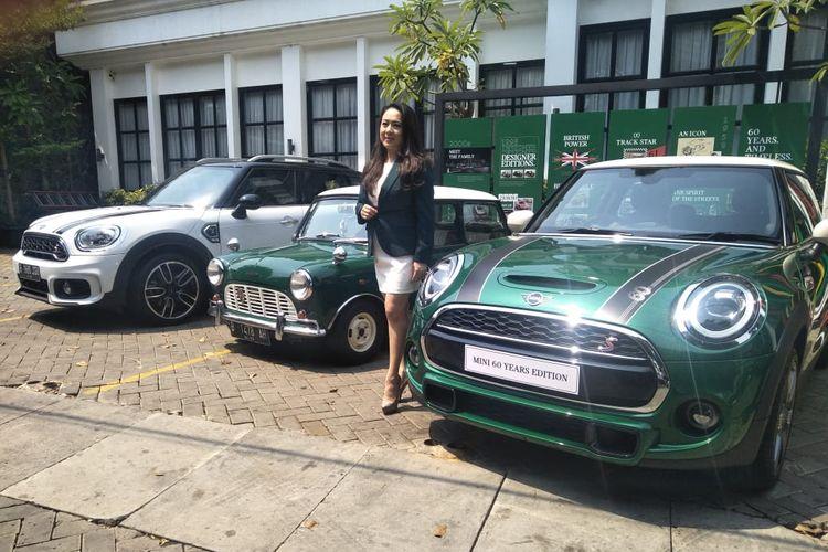 Direktur Komunikasi BMW Group Indonesia Jodie Otania bergaya di depan Mini