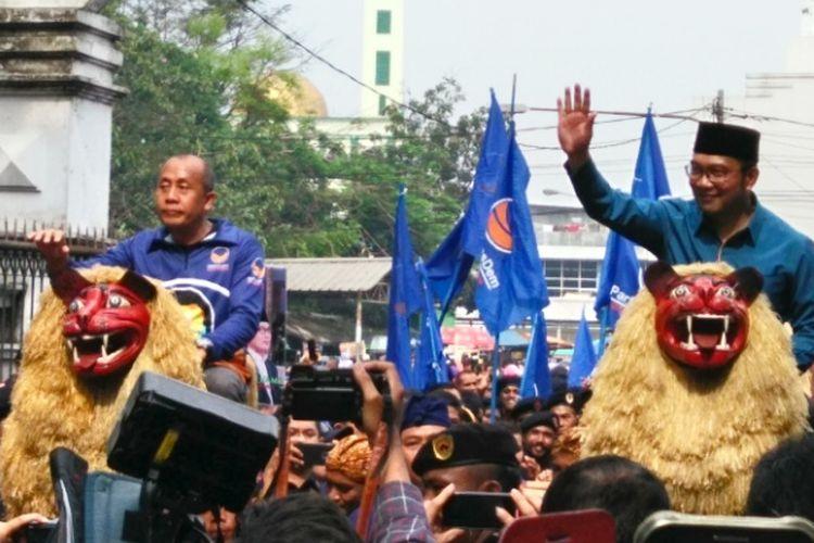 Wali Kota Bandung Ridwan Kamil saat diarak dengan sisingaan dalam kegiatan deklarasi dukungan dari Partai Nasdem di Lapangan Tegalega, Minggu (19/3/2017)
