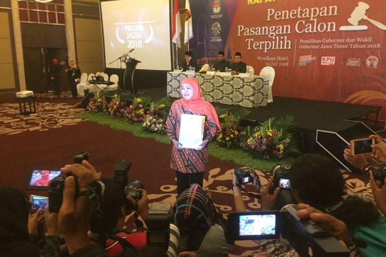 Khofifah Indar Parawansa bersuka cita setelah menerima SK dari KPU Jatim yang menetapkan dirinya sebagai gubernur Jatim terpilih dalam Pilgub Jatim 2018, di Wyndham Hotel, Surabaya, Selasa (24/7/2018)