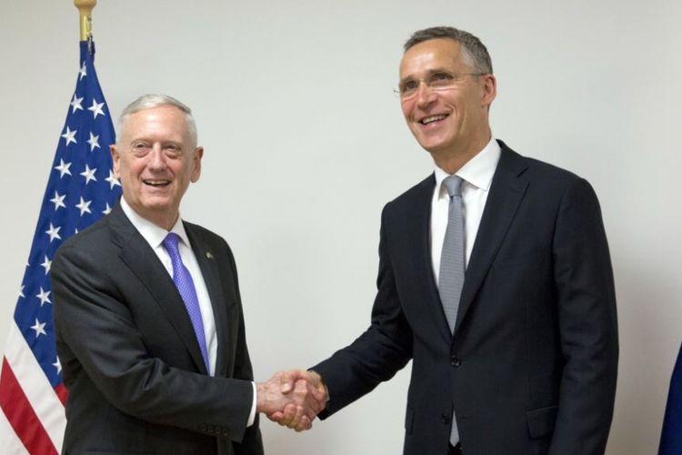 Sekretaris Pertahanan AS Jim Mattis (kiri) berjabat tangan dengan Sekjen NATO Jens Stoltenberg sebelum pertemuan di markas besar NATO, Brussels, Kamis, 29 Juni 2017).
