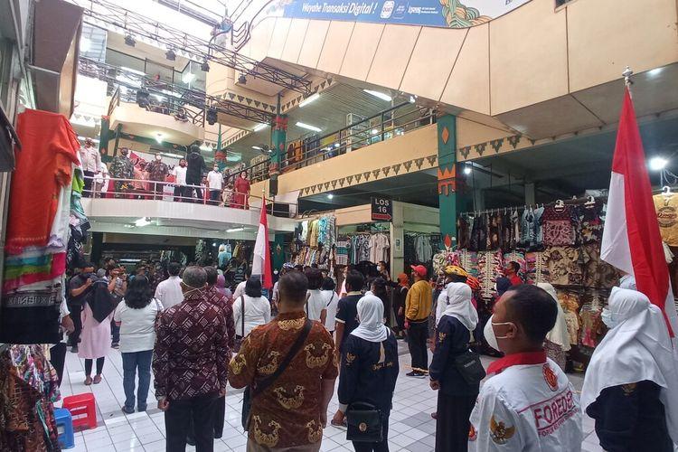 Suasana pasar saat Indonesia Raya diputar, pedagang Pasar Beringharjo berdiri sikap sempurna, Kamis (20/5/2021)