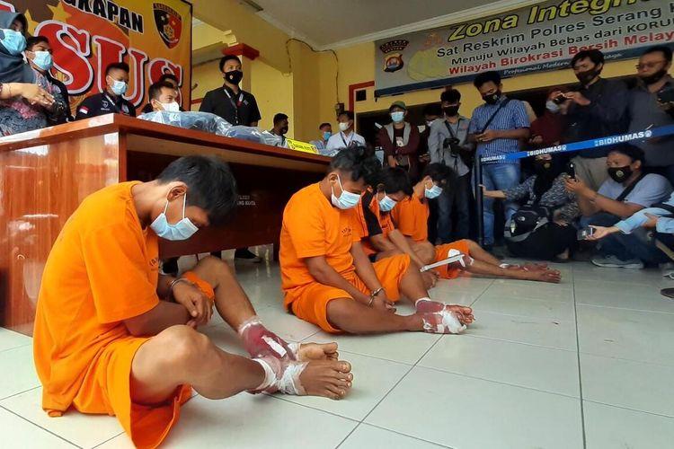 Polres Serang Kota mengamankan lima terduga pelaku pembacokan juru parkir dan pedagang ikan di Pasar Induk Rau, Kota Serang