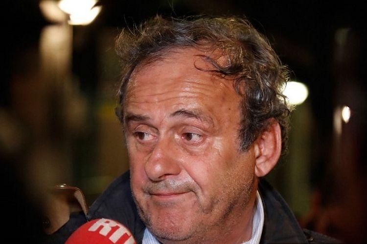 Mantan Presiden UEFA Michel Platini berbicara kepada media sebelum meninggalkan Kantor Pusat untuk Memerangi Korupsi dan Kejahatan Keuangan dan Pajak setelah ditangkap sehubungan dengan penyelidikan atas dugaan suap pemilihan Piala Dunia 2022 ke Qatar, di Nanterre, barat Paris pada Rabu 19 Juni 2019.