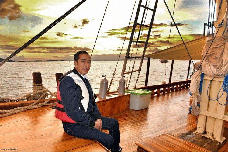 Presiden Joko Widodo menikmati senja dari kapal pinisi di Labuan Bajo, Manggarai Barat, Nusa Tenggara Timur, Minggu (19/1/2020).