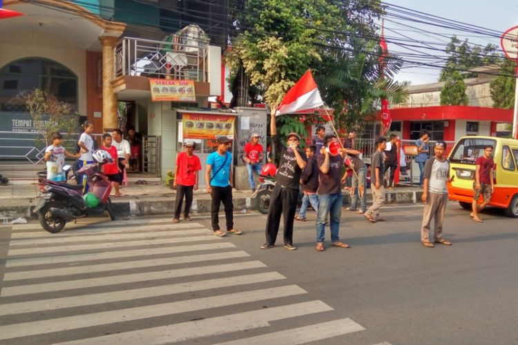 Sekelompok pemuda yang menyatakan diri sebagai warga penentang sistem satu arah (SSA) mengadakan aksi buka barikade di Jalan Arif Rahman Hakim, Depok, Kamis (7/9/2017) sore. Akibatnya, penerapan SSA sempat terganggu selama sekitar satu jam.