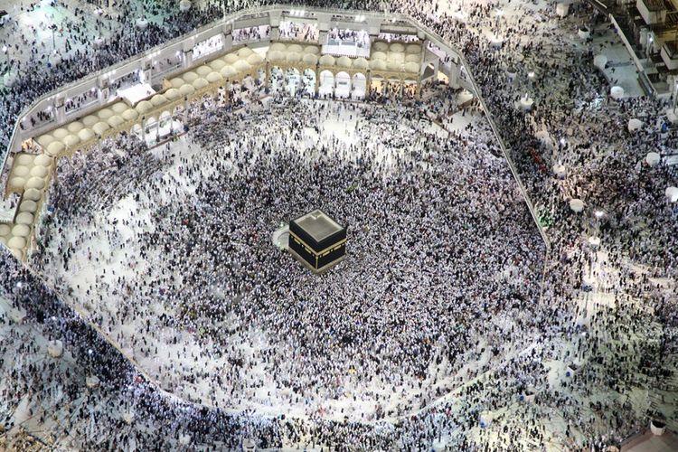 Pemandangan dari udara menunjukkan jemaah haji tengah mengelilingi Kabah, tempat paling suci bagi umat Islam di Masjidil Haram, Kota Mekah, Arab Saudi, Minggu (3/9/2017). Tercatat sekitar 2,1 juta umat Muslim dari berbagai belahan dunia berkumpul untuk melaksanakan ibadah haji tahun ini.