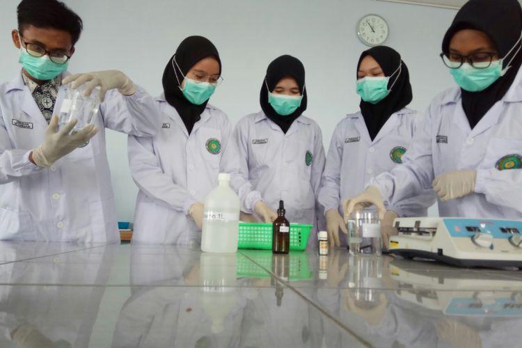 Mahasiswa farmasi Unism, Banjarmasin, Kalsel, tengah mengolah kayu bajakah menjadi hand sanitizer, Kamis (19/3/2020).
